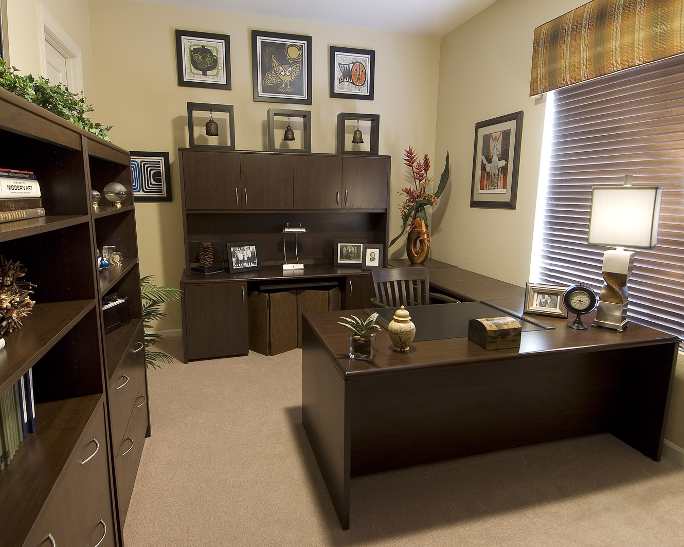 Creating your perfect home office decorating den for Decorated office