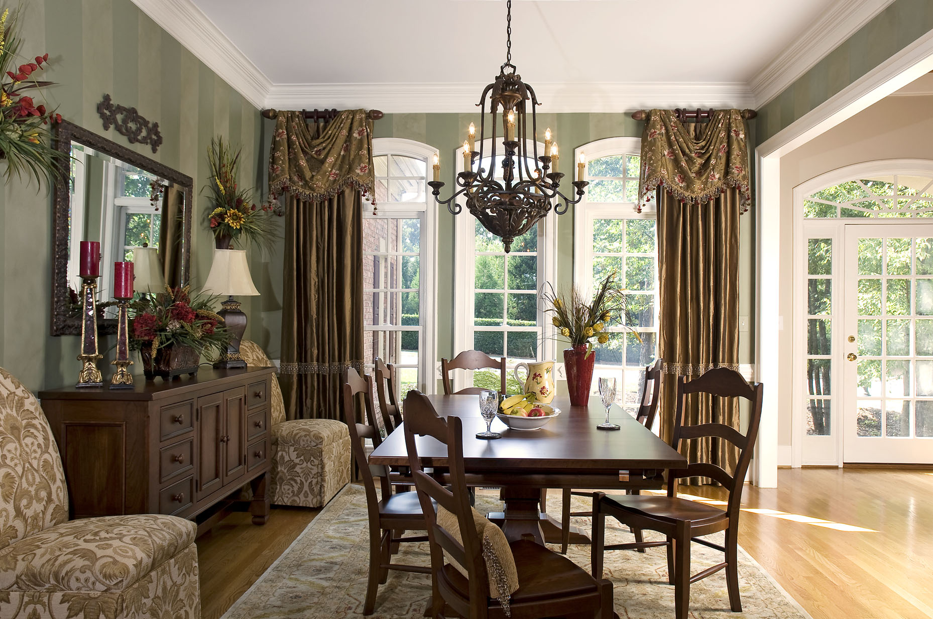 Window treatments with drama and panache decorating den for Traditional dining room decorating photos
